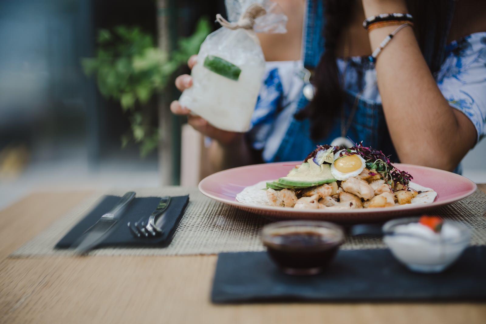 Fotógrafo de Comida numa abordagem lifestyle fotografia de restaurante Uber-eats take-away